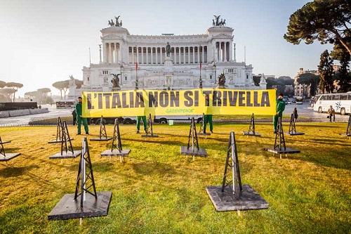 Greenpeace davanti all'altare dalla patria a Roma
