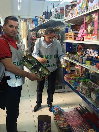 Salerno, sequestrati articoli pericolosi