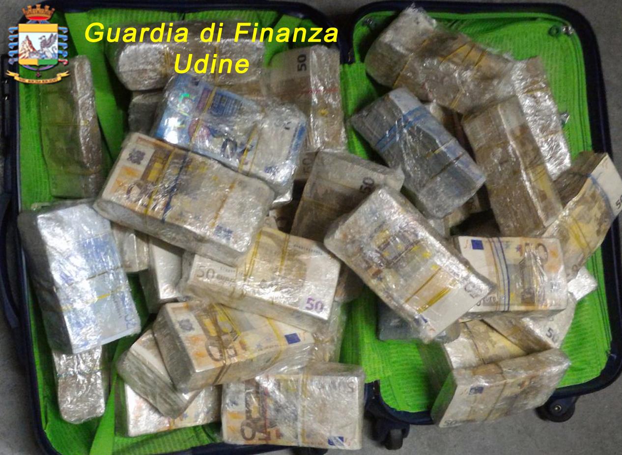 Udine, fermato con 670mila euro nascosti in autovettura