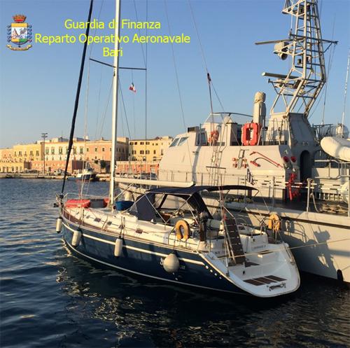 Bari-bloccato-veliero-migranti