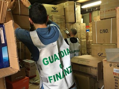 Catania scoperto deposito scarpe contraffatte