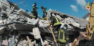 Sisma: vigili del fuoco al lavoro tra le macerie ad Amatrice