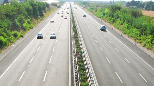 Follia in autostrada: auto contromano, muoiono due persone