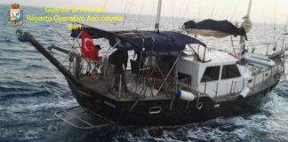Soccorsi 73 migranti irregolari al largo del Salento bloccata barca a vela