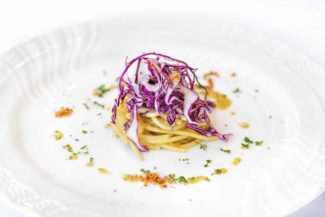 Spaghetti bio al cavolo cappuccio viola: la ricetta di chef Marzoli