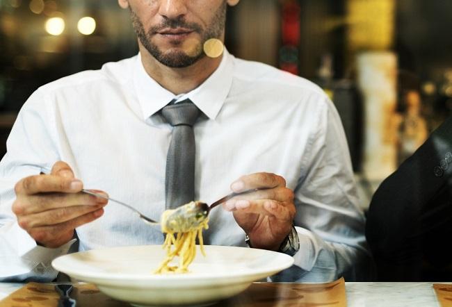 Gli uomini che mangiano soli sono a maggior rischio di obesità