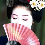 Geisha ritratto nascosto dal ventaglio