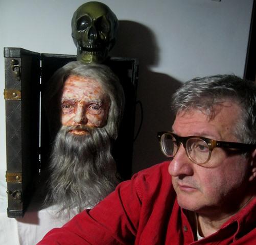 Francesco Guadagnuolo con la sua scultura - Il vero ritratto di Leonardo da vecchio