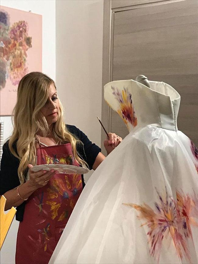 vanna laera mentre dipinge abito da sposa