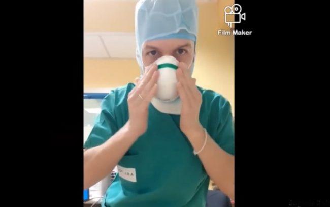 Coronavirus, l'infermiere che si veste sulle note di Vasco