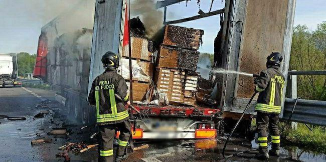 semirimorchio in fiamme sulla A23